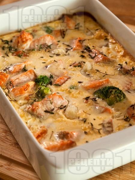 Печена риба сьомга на фурна със замразени зеленчуци, яйца и сметана на фурна - снимка на рецептата